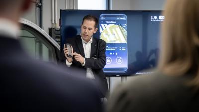 Benjamin Mäße, Vertriebsverantwortlicher für die Region Ost und stellvertretender Betriebsleiter Night Star Express, Berlin, präsentierte die schlüssellose Zustellung IDR beim Open House von Mercedes Benz Vans direkt am bereitgestellten Fahrzeug