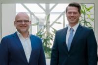 Andreas Börner (rechts), neuer Geschäftsführer bei Laser 2000, übernimmt von Ronald Bartel, Interimsgeschäftsführer und Vorsitzender des Beirats