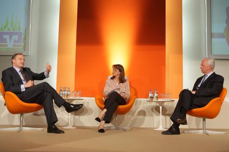 Christina Böllhoff (Prognos AG, li.) und Dr. Jacques Santer (r.), ehemaliger Präsident der EU Kommission, standen auf dem Wirtschaftstag 2008 in Hannover Moderatorin Brigitte Bastgen Rede und Antwort.