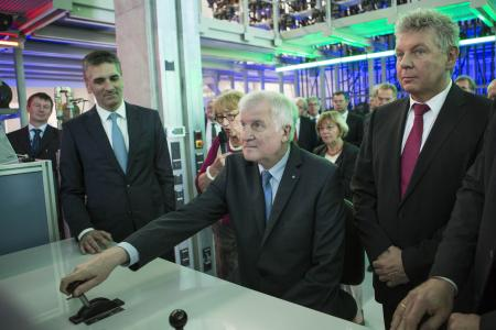Bavarian Minister President Horst Seehofer and Mayor of Munich Dieter Reiter with Klaus Deller, Chairman of the Executive Board of Knorr-Bremse, at one of the test rigs. The state-of-the art test rigs enable Knorr-Bremse to rapidly validate new technical ideas and bring them to market / © Knorr-Bremse