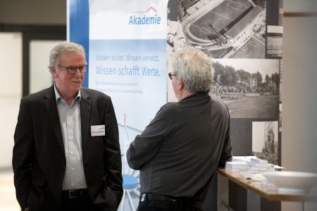 Erfahrungsaustausch findet auf den Info-Tagen nicht nur während der Vorträge statt / Bild: Bernhard Remmers Akademie, Löningen