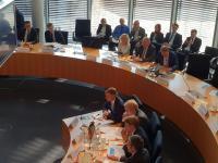Der Hauptgeschäftsführer des Bundesverbandes Güterkraftverkehr Logis-tik und Entsorgung (BGL) e.V., Prof. Dr. Dirk Engelhardt, bei der Anhörung des Verkehrs-ausschusses des Deutschen Bundestages zur Änderung des Bundesfernstraßenmautge-setzes am 10.10.2018 (vierter von unten)