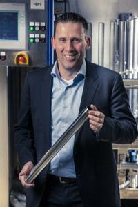 Hay Hulsman, Geschäftsführer der AHC Benelux BV mit einem nach dem Verfahren SELGA-COAT® CHROM selektiv hartverchromten Stoßdämpferrohr