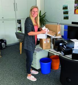 Sandra Kluge vom wattline-Team packt die Sneacker für ihre Kollegen ein.