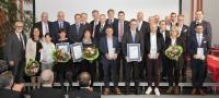 """Die Preisträger der Auszeichnung """"Handwerksunternehmen des Jahres"""" mit den Laudatoren und den Veranstaltern (Foto: HWK FR/Tobias Heink)"""