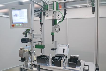 Intelligent manual work station for the assembly of charging sockets