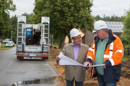 WEMAG-Bauleiter Gunther Kerber (re.) informiert Bürgermeister Horst Busse über den aktuellen Baufortschritt in Boldela. Foto: WEMAG/Rudolph-Kramer