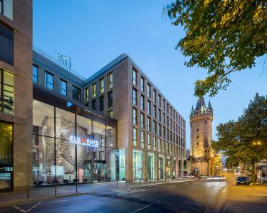 Das TurmCarrée entstand unmittelbar neben dem ältesten Bauwerk der Frankfurter Innenstadt, dem Eschenheimer Turm. Bild: Schüco International KG  / Fotograf: Stefan Schilling