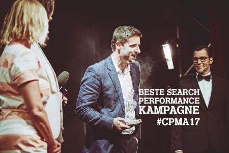 """Julius Ewig nimmt den Preis der """"Besten Search Performance Kampagne 2017"""" für metapeople entgegegen"""