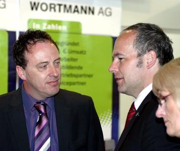Einkaufsleiter Thomas Knicker im Gespräch mit dem Landrat des Kreis Minden-Lübbecke Dr. Ralf Niermann, der den Stand der WORTMANN AG besuchte