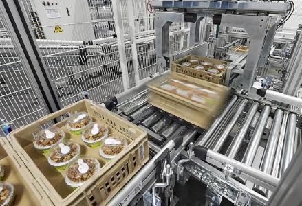 Frische-Produkte wie Salatmenüs, Fertiggerichte, Fleisch- oder Wurstwaren werden im ATS vollautomatisch zu filialgerechten Einheiten zusammengestellt. Foto: WITRON.
