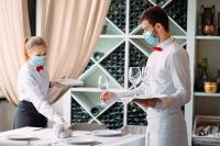 Mitarbeiter mit Mund-Nasen-Schutz im Restaurant (Foto: David Tadevosian photography/Adobe)