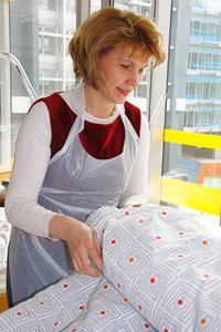 Diplompflegepädagogin Kerstin Vödisch demonstriert Schulungsteilnehmern eine Pflegesituation