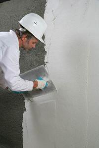 Nach 2-7 Tagen Trocknungszeit kann iQ-Top SLS als Oberflächenfinish ca. 5 mm dick aufgebracht werden (Bildquelle: Remmers Baustofftechnik, Löningen)