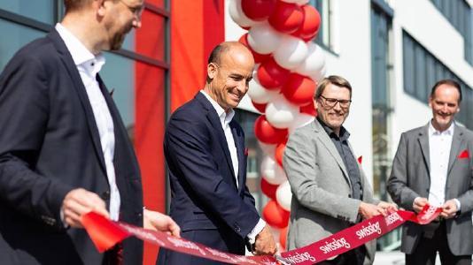 Dr. Christian Baur, CEO Swisslog (2. v. l.) sowie die Swisslog GmbH Geschäftsführer Jens Schmale, Heinz Ennen & Gerd Jennissen (v.l.) eröffnen das Gebäude