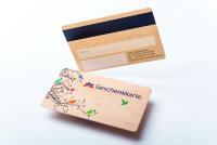 Auch alternative Materialien wie Holz, Graskarton oder Recyclingmaterial werden bei Vogt eingesetzt. Die individuellen Kartenvarianten reichen von Gutscheinen bis hin zu Mitgliedsausweisen.