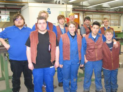 Die Auszubildenden in der Metalltechnik (Bild) im CJD Berufsbildungswerk in Frechen freuen sich über insgesamt 50 Jacken, Hosen Cord Westen und Polo Shirts von Tyco. Foto: CJD