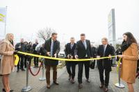 Die Fertigungsstätte wurde vom Vorstandsvorsitzenden Philip Harting und Andreas Conrad, Vorstand Operations, Christian Schumacher, Geschäftsführer HARTING Customised Solutions, sowie Mariusz Matejczyk, Geschäftsführer HARTING Polen, offiziell eröffnet (von links nach rechts).