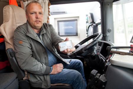 Mit einer eigenen Chipkarte kann sich Andreas Voigt im System anmelden.