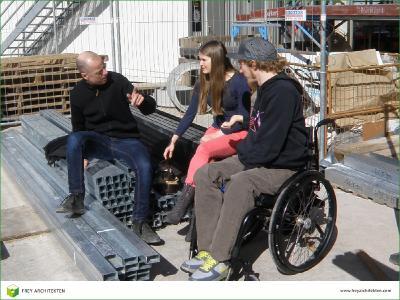 Wolfgang Frey im Gespräch mit zukünftigen Bewohnern auf der Baustelle von Heidelberg Village