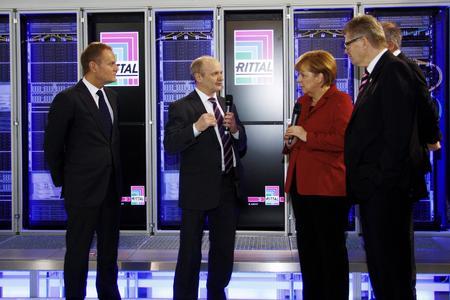Friedhelm Loh begrüßt Bundeskanzlerin Dr. Angela Merkel und Polens Regierungschef Donald Tusk auf dem Rittal Messestand