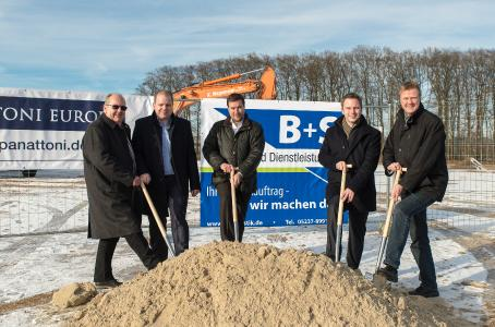 Die B+S-Geschäftsführer Hans-Dieter Schürmeyer (v.l.) und Stefan Brinkmann, Felix Zilling vom Investor Panattoni sowie die Bürgermeister Michael Meyer-Hermann und Dirk Speckmann packen beim offiziellen Spatenstich mit an. (Foto: B+S)