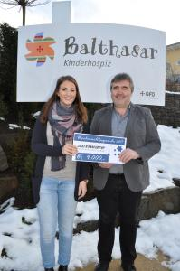 Spendenübergabe: Lisa-Marie Vetter (Öffentlichkeitsarbeit, Kinder- und Jugendhospiz Balthasar) und Hubert Wagner (Geschäftsführer, ACTIWARE).