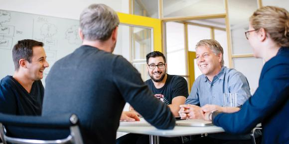 CEO Kai Reinhard (hier im Kreise Kasseler Kollegen) eröffnen Micromata-Büro in Hamburg