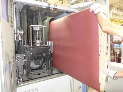 Bild 10: Weit öffnende Maschinentüren ermöglichen schnellen Schleifbandwechsel