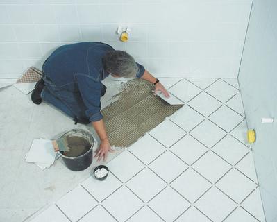 Fliesenkleber mit dem Zusatz Poraver sind besonders ergiebig, haftend und leicht zu verarbeiten. Foto: Dennert Poraver GmbH