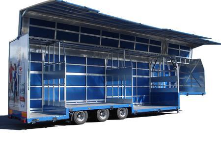 Im Freigelände zeigt ORTEN seinen vollhydraulisch öffnenden Großvolumen-Hubwandsattel Auto Step Star. 3-fach verkröpft bietet er 56 PET-Palettenstellplätze und ist in Sekundenschnelle zu öffnen und zu schließen