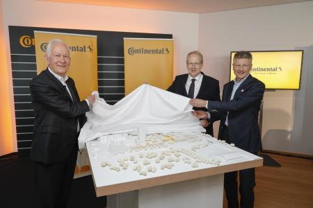 Prof. Dr. Gunter Henn, CEO of architectural firm Henn GmbH, Stefan Schostok, Mayor of Hanover, and Dr. Elmar Degenhart, CEO of Continental AG, (f.l.t.r.) reveal the design of the new Corporate Headquarters of Continental in Hanover, © Continental AG