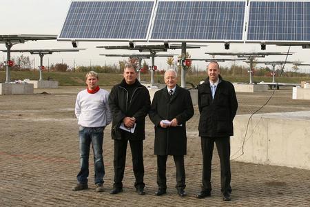 Realisieren bundesweit einzigartigen Solarpark: (v.l.n.r.) Denny Straube, Geschäftsführer der GigaSol GmbH, Franz Schwitzgebel, Projektleiter, Peter Rohrbach, Bürgermeister Stadt Weiterstadt, Alexander Lenfers, Projektleiter der KEMPER GmbH
