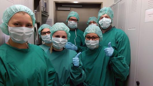 Eine Gruppe von Studierenden bei der Einschleusung ins Gen-Labor am UKE.
