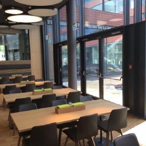 Über die Gebäudeleittechnik: Im Betriebsrestaurant dienen Feststellanlagen auch zur Klimasteuerung (Bild: GEZE GmbH)