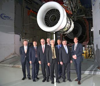 v.l.: Dr. Joachim Wulf (Chief Engineer Technology Demonstrators, MTU Aero Engines), Dr. Jörg Henne (Leiter Entwicklung und Technologie, MTU Aero Engines), Dr. Rainer Martens (Vorstand Technik, MTU Aero Engines), Jean-Francois Brouckaert (Project Officer Engines, Clean Sky Joint Undertaking), Eric Dautriat (Executive Director Clean Sky Joint Undertaking), Bruno Stoufflet (Vice Chair of the Clean Sky Governing Board), Ministerialrat Dr. Helmut Greinke (BMWi) und Dr. Stefan Weber (Leiter Technologie und Vorauslegung)