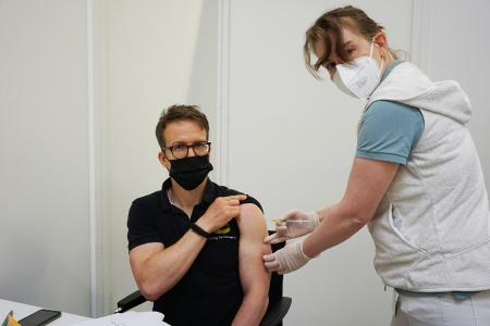 HARTING employee Lars Kühme (left) being vaccinated by Dr. med. Anja Läer