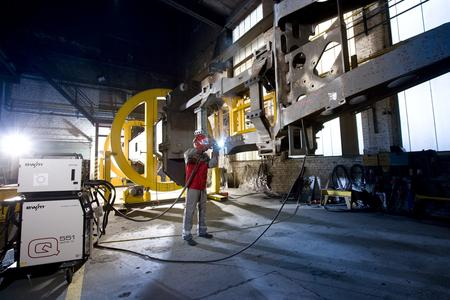 Enormous manipulator for chassis frames weighing several tons: the process innovation, forceArc®, takes over ever more welding tasks at Manitowoc (Photo: EWM)