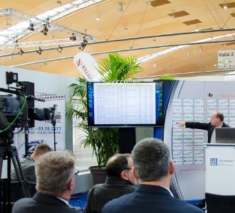 Oliver Hassel (rechts im Bild), Prokurist der Pro Cont Sales AG, bei einem Referat auf den Telematik-Tagen auf der NUFAM 2017. Bild: Telematik-Markt.de