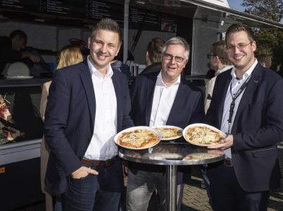 Die Laudert-Geschäftsleitung feiert 500 Mitarbeiter: v.l. Prokurist Sven Henkel, Geschäftsführer Jörg Reger, Prokurist Holger Berthues