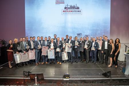 """Die 16 prämierten Unternehmen freuen sich über die Auszeichnung """"Meilenstein-Award"""" (Quelle: PROCESS)"""