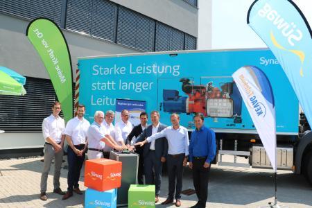 (von links): Guntram Naurath (Syna-Vertriebsmanager FTTx), Christian Weber (Syna-Kommunalbetreuer), Volker Mendel (Bürgermeister VG Puderbach), Michael Mahlert (1. Kreisbeigeordneter Neuwied), Dr. Markus Coenen (Vorstandsmitglied Süwag), Bernd Gowitzke (Geschäftsführer KEVAG Telekom), Stefan Dietz (Geschäftsführer KEVAG Telekom), Johannes Schardt (Süwag-Standortleiter)