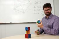 Schweitzer und sein Team möchten Symmetrien aufspüren / Foto: Koziel/TUK