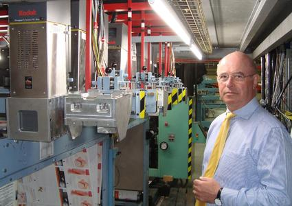 Roby Van Daele, geschäftsführender Gesellschafter von VPrint, an der mit KODAK PROSPER S5 Eindrucksystemen ausgerüsteten Produktionslinie