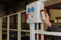 Per NFC Schnittstelle ist sofort erkennbar, welcher Sensor ein Problem meldet. Der Werker erkennt also, welche Tür oder welches Geländer noch einmal überprüft werden muss, bevor die Hebebühne wieder verfahrbar ist.