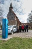 WEMAG-Vorstand Caspar Baumgart (li.) übergibt am Kloster Zarrentin die Ladesäule an die Vertreter der beteiligten Ämter und Gemeinden / Foto: WEMAG/Stephan Rudolph-Kramer
