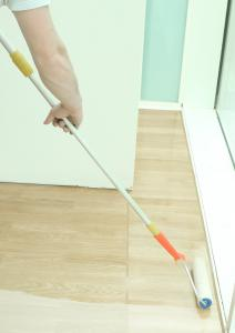 HWS-112-Hartwachs-Siegel kann einfach mittels Lammfellrolle aufgebracht werden / Bildquelle: Remmers, Löningen