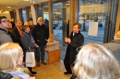 Prof. Manfred Hegger erläuterte den Teilnehmern bei der abschließenden Fachexkursion die Besonderheiten des Plus-Energie-Hauses, der Weiterentwicklung des Solar-Decathlon-Gewinners von 2007, vor Ort