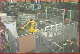Roboterstation mit Schutzeinhausung und 2 Entnahmegestellen mit teilespezifischen Paletten zum Beladen einer Heller MC 16