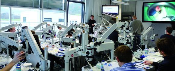 Kurse am Mikroskop Training Center MTC® Aalen – bisher immer mit dem Dentalmikroskop. Jetzt neu: CMD mit Dr. Daniel Hellmann und Demonstrationen am Risenmonitor mit 230 cm Biolddiagonale